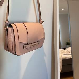 Superfin rosa valentinoväska med chrome-liknande färg inuti. Denna fina väska har aldrig använts utan bara stått som prydnad i garderoben. Därmed nyskick! Dustbag fås med