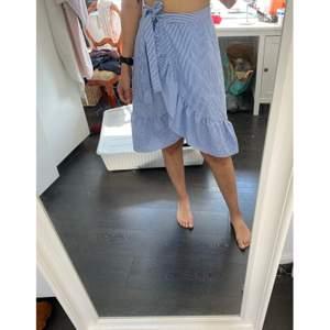 Jättefin kjol i storlek 38. Använd 1 gång. Kan mötas upp i Uppsala eller posta mot frakt :)