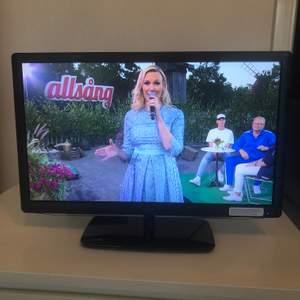 "TV i märket LOGIK. 22""/24"" tum Full HD LED TV."