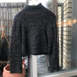 Stickad croppad tröja från zara, ganska liten i storleken men passar xs-m