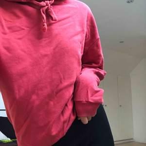 Knappt använd hoodie i röd, kontakta för mer bilder. Nypris: 300