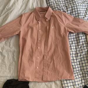 Skjortan är i nyskick och nypriset är ca 1200kr. Plagget är extremt välskött och har använt det ca 10 gånger sammanlagt