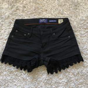 Lågmidjade svarta shorts från Crocker köpta på JC. Nästintill oanvända och därför i nyskick. Köpare står för frakt