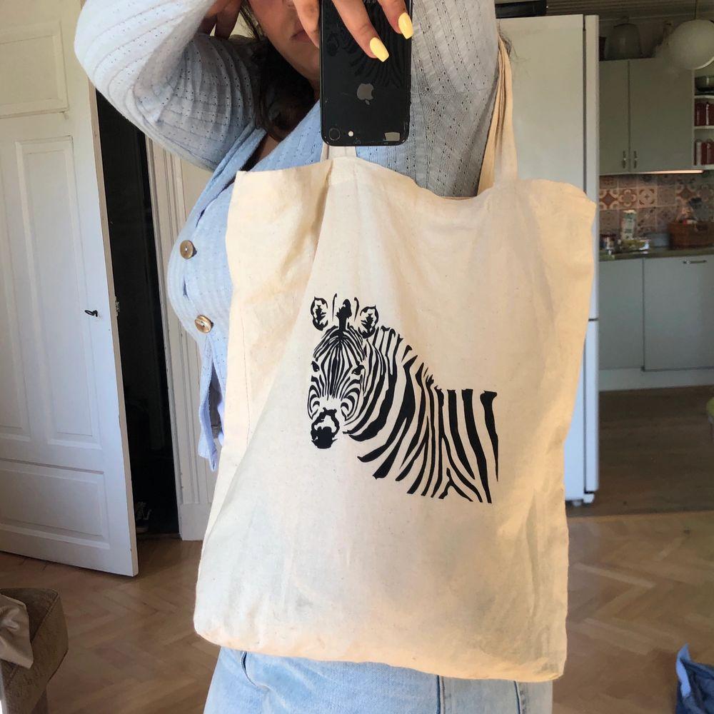 Tygväska med girafftryck. Säljes på grund av att den inte kommer till användning. Köpare står för frakt. . Väskor.