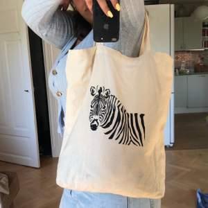 Tygväska med girafftryck. Säljes på grund av att den inte kommer till användning. Köpare står för frakt.