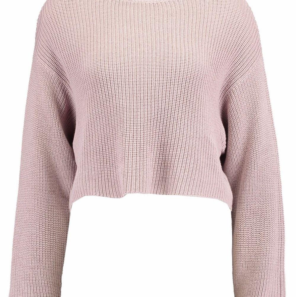 En kortare rosa stickad tröja från even&odd, köpt på Zalando. Endast använd ett fåtal gånger, i väldigt fint skick. Nypris 249kr, säljes för 100, köparen står för frakt. Stickat.