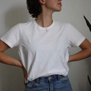 En enkel vit t-shirts från Oscar Jacobson i storlek M. (Kolla profilen om du är intresserad:))