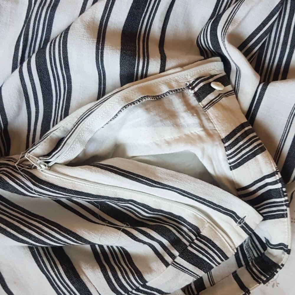 Dessa fina randiga och följande byxor från Monki säljes då de inte längre används. De är lite uttänjda men går att sy in så de sitter bättre. Knäpps med knapp och dragkedja i sidan. Passar S och M. Bra skick.. Jeans & Byxor.