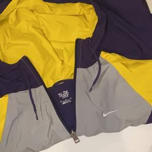 Nike vindjacka i lila/gul/grå färg