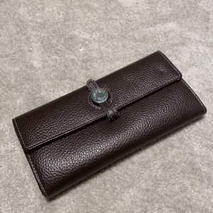 Jättefin stor och rymlig plånbok. En jättefin Hermes kopia! Jättebra kopia, ingraverat Hermes Paris i lädret på insidan på plånboken och ingraverat samma på den silvriga knappen (se sista bilden). Fint skick, säljer då jag inte behöver en så stor plånbok!