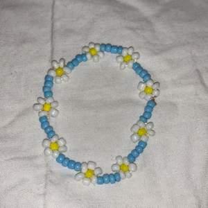 Daisy chain, blue/white. 40kr + frakt! Bandet är strechigt så passar många! Utan spänne. Pärlorna är i strl m 🤍