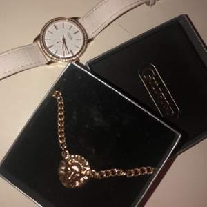 Säljer en klocka och ett halsband med ett lejon på halsbandet är inte av äkta guld och frakt tillkommer 💕