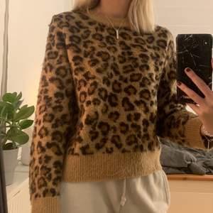 Superfin stickad leopard tröja, använd fåtal gånger, storlek s men passar mig som är xs🐆
