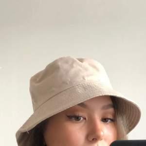 En beige buckethat som är helt oanvänd. Verkligen jättefin men tyvärr så är buckethats inte riktigt min stil😔💕   Köparen står för frakten på 44 kr<3 Betalning sker via swish<3  (Bilder lånade från förra säljaren)
