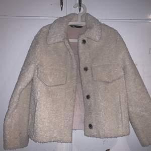 Säljer min helt nya ZARA jacka som inte kommer komma till någon användning hos mig:( den är provad och använd 2 gånger så är så gott som ny. Köpt i oktober. Buda gärna för pris kan diskuteras!! Vill göra en snabba affär så det är bara att skriva vid frågor🤩💖 ordinarie pris: 560kr