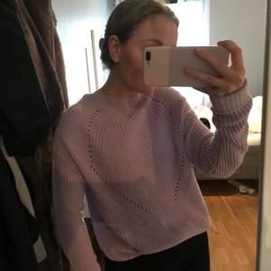 Säljer en stickad tröja i en så fin ljuslila färg. Trendig och för ett bra pris! Tröjan är i storlek M, men skulle säga att den passar en S också. Bra skick! Köparen står för frakten.