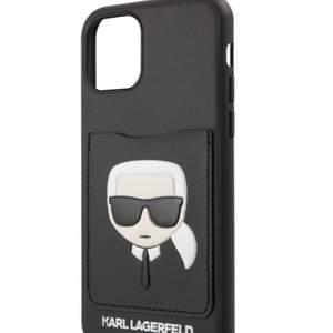 Ett helt nytt och oanvänt svart mobil skal med kortfack från Karl Lagerfeld. Passar iPhone 11 Pro max. Säljer pga fel strorlek. Bud startar från 200kr, buda privat eller i kommentarerna. Nypris 299kr. Material: PU-läder, hårdplast. Du betalar frakten! OBS! Första bilden är inte min!