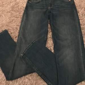 Ett par ljusblåa jeans från h&m och är aldrig använda. Har bara legat i min garderob och inte använt dom. Det är modellen skinny regular waist.