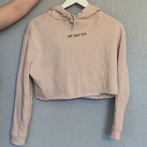 En jättefin croped hoodie i storlek XS! Använd en gång men har blivit lite nopprig i tvätten. Kan mötas eller skicka!💫