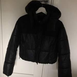 Jättefin svart puffer jacka från bershka. Jättefint skick och som ny. Buda!!