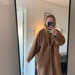 En kappa från Monki som inte längre kommer till användning. Den är oversized och baggy vilket gör att den passar alla storlekar🥰  den går ner till knäna på mig som är 168cm🦋🦋
