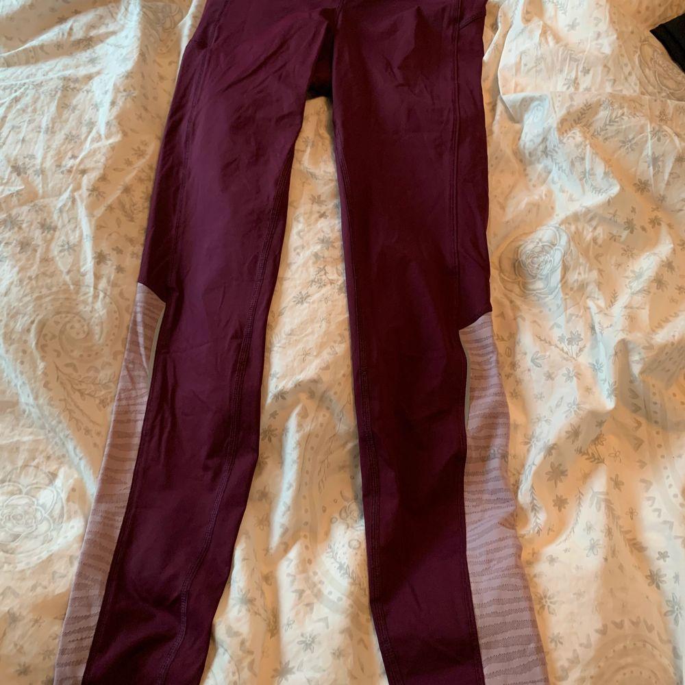 Plommonlila casall tights i storlek xs, bra skick. 150kr frakt ingår. Jeans & Byxor.