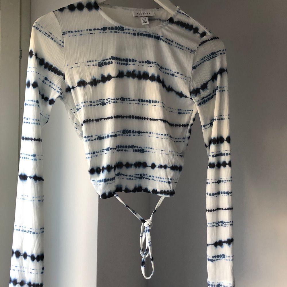 Aldrig använd croptop från Topshop. Öppen rygg med knytdetalj och fint tiedye mönster. . Toppar.
