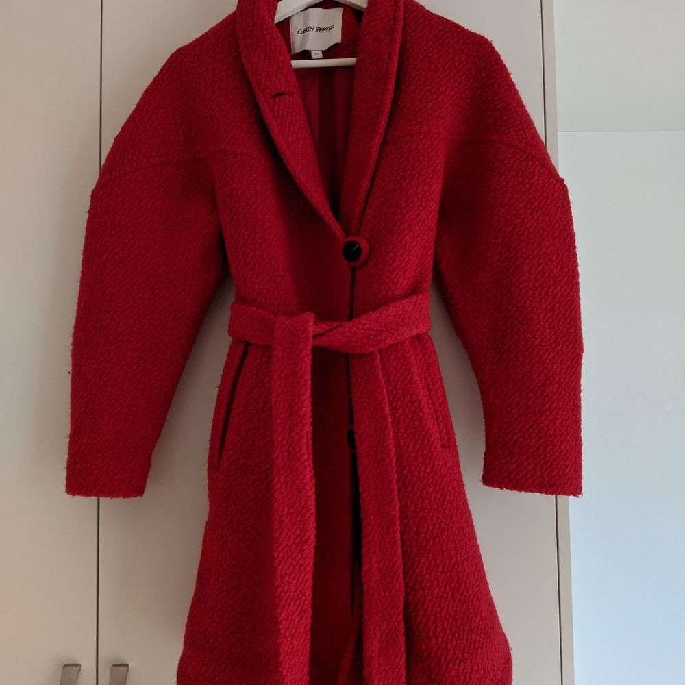 Jättefin röd kappa från Carin Wester i kanonskick. Strl 34 . Jackor.