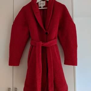 Jättefin röd kappa från Carin Wester i kanonskick. Strl 34
