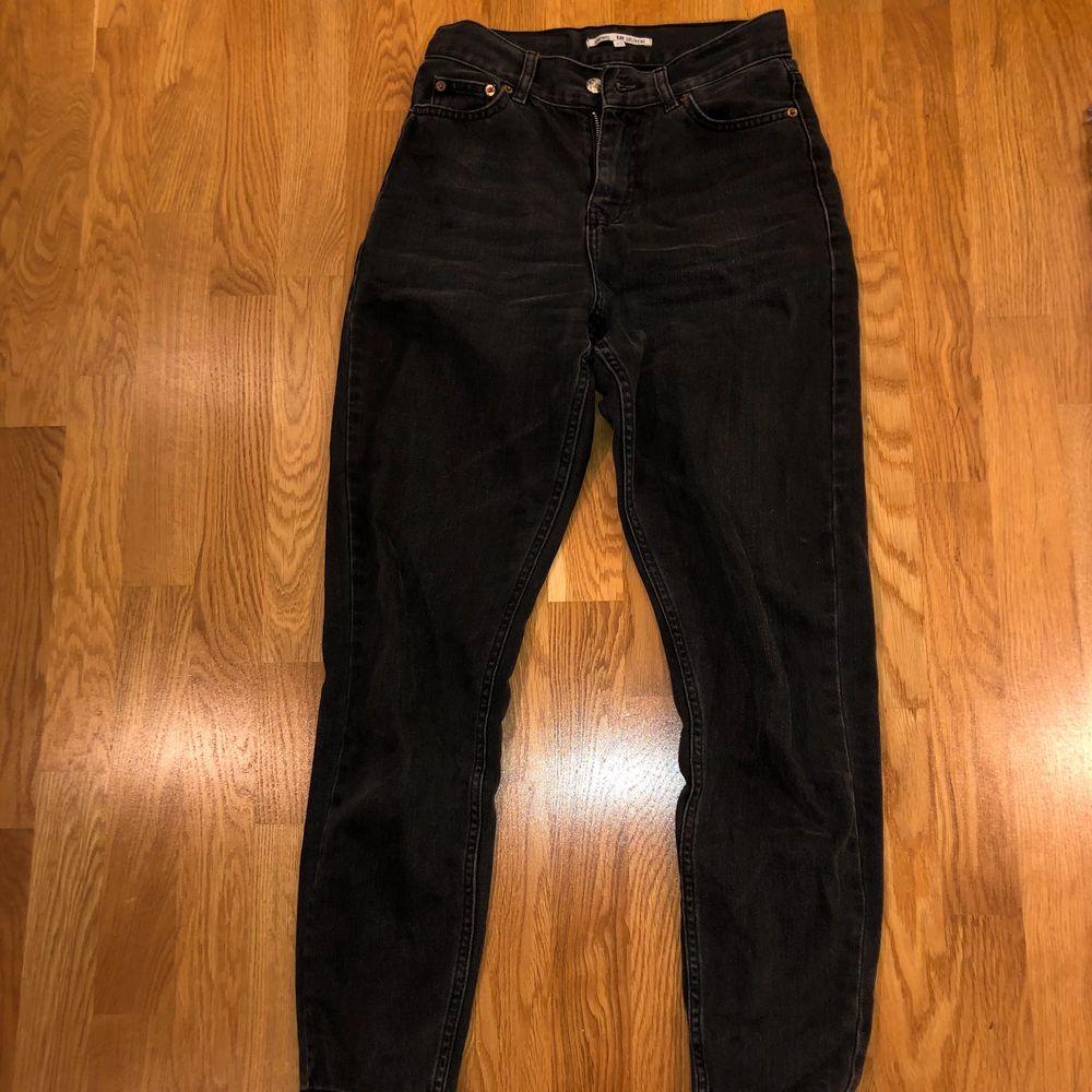 Super snygga och bekväma mom jeans från junkyard. Säljer då dem tyvärr blivit försmå. (Frakt tillkommer) 🖤🖤🖤. Jeans & Byxor.