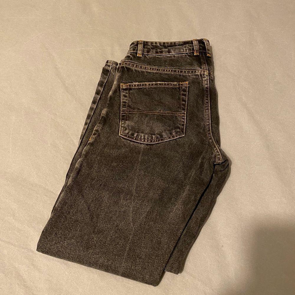 Jeans från COLLUSION (asos) Storlek w26. Hål i knäna, köpta för 500kr men säljes för 150kr. OBS! Jag vet inte om dem är high waist men skulle gissa på det!. Jeans & Byxor.
