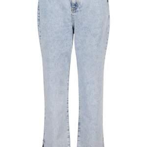 Tjena, säljer dessa skitsnygga byxor från Boohoo. De är ljusblåa, högmidjade och går ner till ankeln. Säljer pga förstora för mig, dessa är i storlek 36. Dem är helt oanvända, har bara prövat dem. Lappen är kvar och dem är helt oskadda. Buda gärna i kommentarerna💗