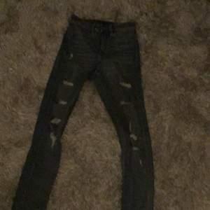 Jätte fina jeans från H&M, bra kvale, lagom tajta, luftiga, fina, inget fel på dom, du ser nya ut, nästan aldrig använd, köparen står för frakt. Köpte för 300 och säljer för 120.