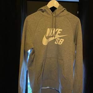 Hoodie från Nike SB. Enbart provad. Storlek M.
