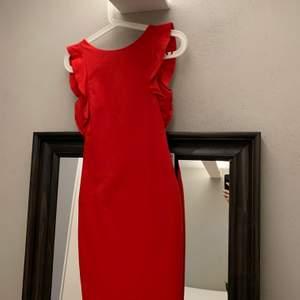 Kort röd cocktailklänning från Zara, aldrig använd. Köparen står för frakt 🚚 alt möts i Uppsala. 💸swish