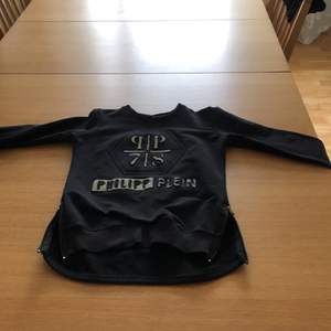 Philipp plein tröja långarmad,den är äkta bor i Höör swicha eller träffas vi,swich nummer 070729681900.fraktas ej.