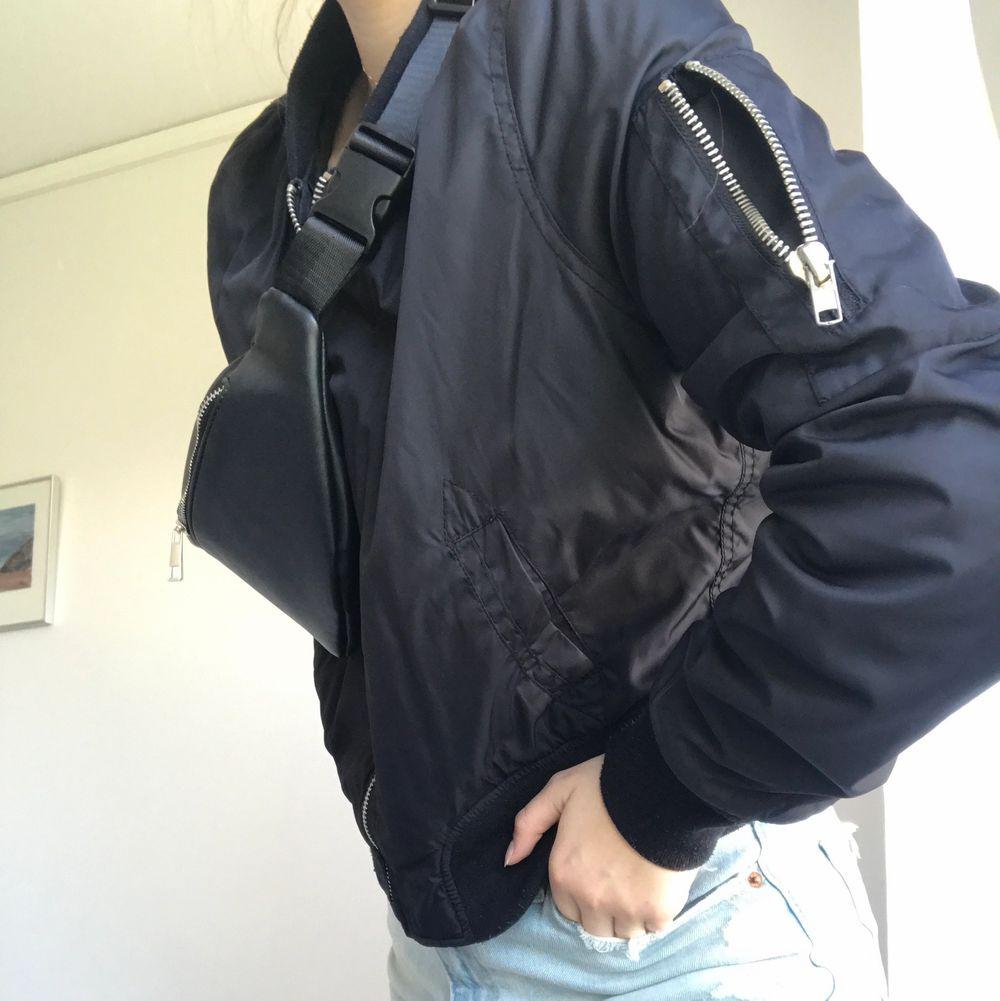 Snygg jacka som inte används, sitter dock väldigt snyggt och är sparsamt använd tidigare. Köparen står för frakt, pris kan diskuteras, hör av er för mer info & bilder 🤍. Jackor.