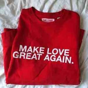MAKE LOVE GREAT AGAIN ❤️ Cool tröja i bra skick som tyvärr inte kommer till användning för mig. Köpt i Berlin för 400 kr. Passar både medium och small, på mig som är small sitter den lite oversize. Köparen betalar frakt eller möts upp i Stockholm!