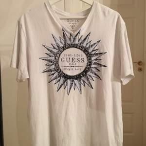 Vit och Blå Guess T-shirt i storlek L eftersom jag själv bär allt oversize.