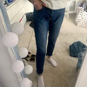 Säljer dessa jeans från bikbok, inköpta slutet av 2019. Ett par jeans med slitningar ner till.