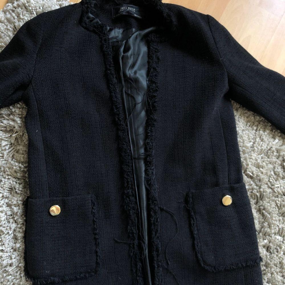 Säljer den här fin kappan från zara! Den passar både till våren/hösten likväl perfekt till sommaren! Buda💗. Jackor.