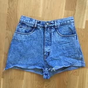 Jeansshorts med hög midja köpta second hand av mig. I använt men bra skick! Storleksmärkt 9, uppskattar till storlek XS/S. Midjemått är ca 33,5 cm mätt tvärs över. ❣️ Frakt ej inkl i priset.