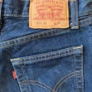 vintage Levis 555 shorts i fin mörkblå färg. Märkta W29, men passar snarare en 25/XS.