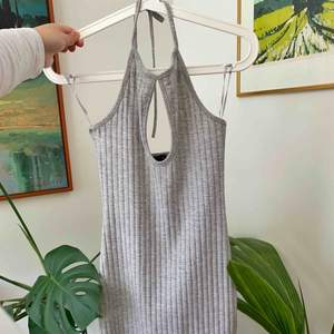 Snygg halterneck klänning ifrån bikbok går att knyta banden som man önskar🌟klänningen är i storlek xs och formar sig snygg efter kroppen🌼   Möts upp i Stockholmsområdet eller fraktar 💟