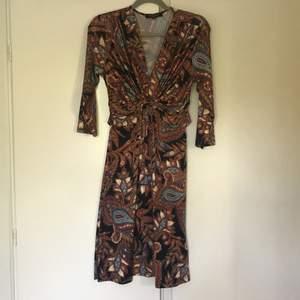 Världens finaste klänning från ilse Jacobsen. Den kramar om figuren på ett sjukt vackert sätt. Fräscht skick