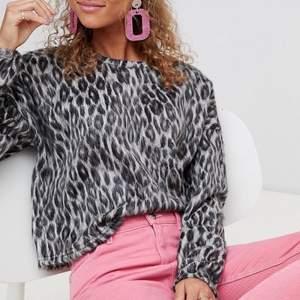 Leopard tröja i lite fluffigt material. Från New Look. Storlek S. Mycket gott skick. Pris inkl. frakt 106 kr #leopard #tröja #fluffig #newlook