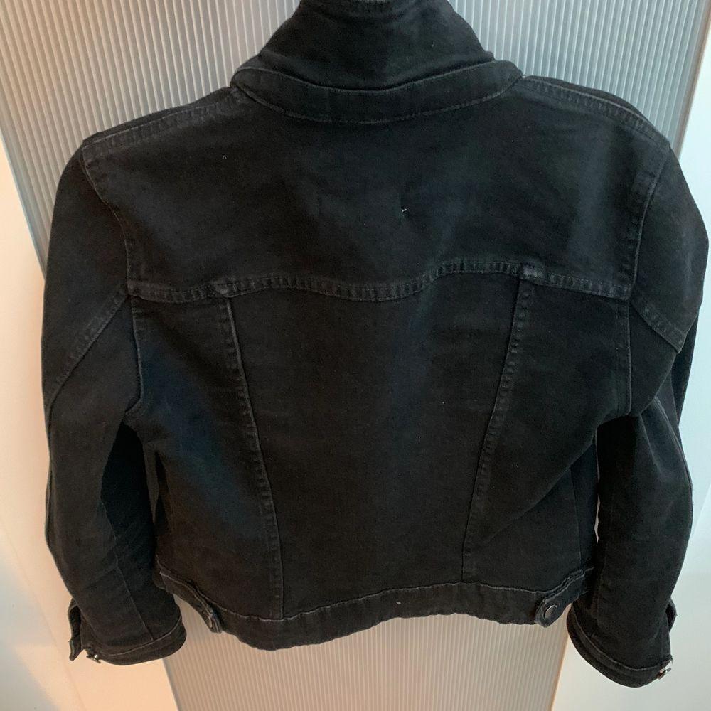 Jättesnygg jeans-jacka från Zara! Säljer pga inte min stil längre☺️ frakt tillkommer på 50kr. Skriv om du är intresserad!☺️ (den är endast trasig på en lapp men helt perfekt utanpå). Jackor.