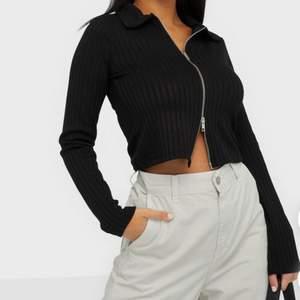 Helt ny och oanvänd zip up tröja, säljs pga för liten och borttappat kvitto. Tröjan är storlek s 💓