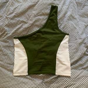 Shoulder tröja köpt på New Yorker förra sommarn. Använd en gång - nyskick! Frakt inkluderad i priset.
