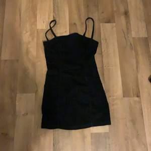 fina figursydd klänning från hm. anledning till att jag säljer den är för att den inte kommer till användning. köparen får stå för frakten